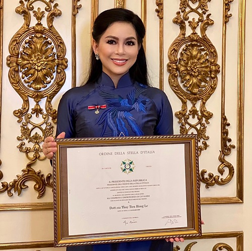 Le Hong Thuy Tien holds the merit and the insignia of the knighthood of the Order of the Star of Italy by the President of the Republic of Italy. Photo by IPPG