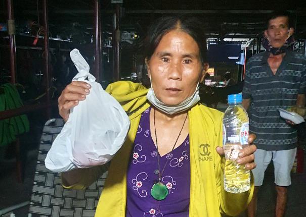 Ha and food she receives. In the last four months, she always shares the food she gets from Samaritans with those in need in the neighborhood. Photo by VnExpress/Hoa Nguyen
