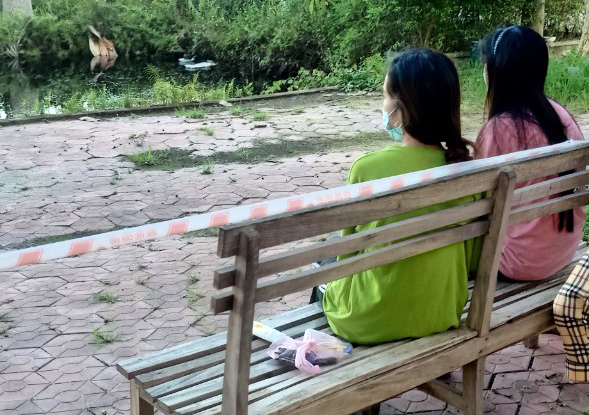 Two women in Luans group sit in their quarantine facity in Ha Tinh. Photo by VnExpress/Luan Nguyen