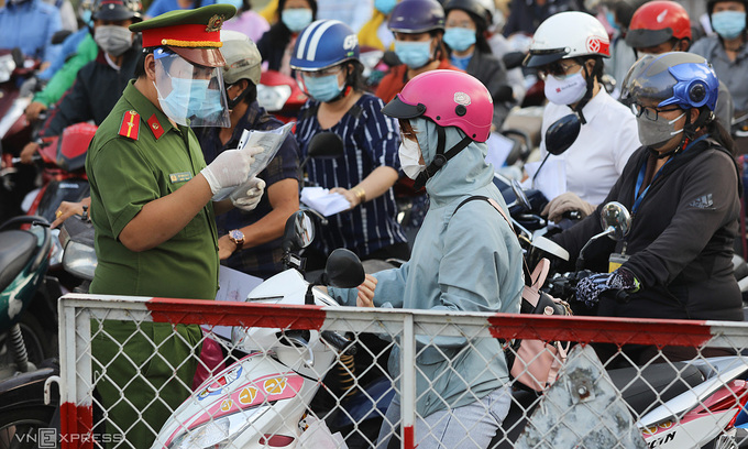 HCMC plans to remove barriers, travel permits by end-September