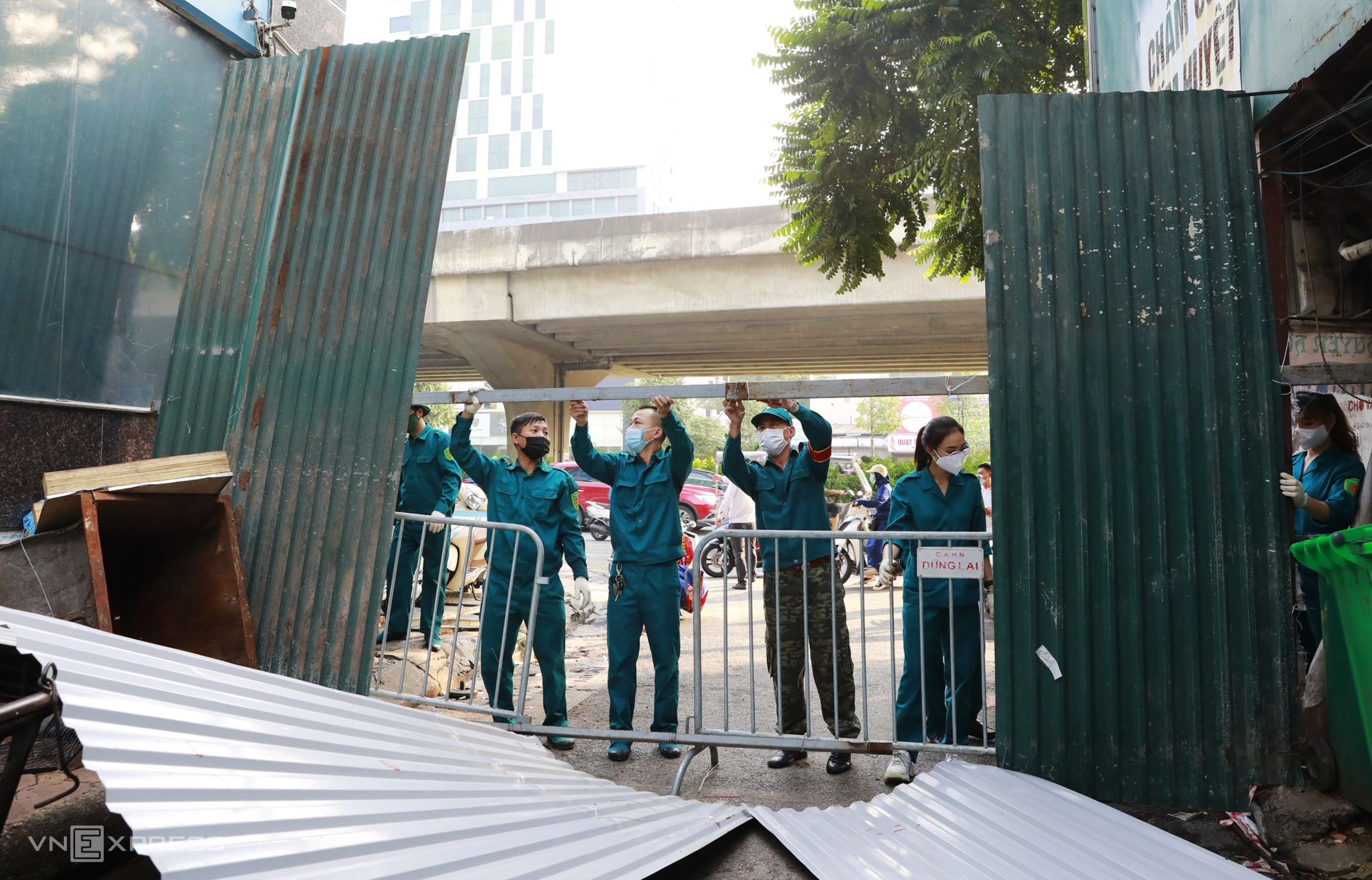 A task force removes a makeshift barrier to blockade an area with Covid-19 in Thanh Xuan Bac Ward of Thanh Xuan District in Hanoi, September 21, 2021. Photo by VnExpress/Ngoc Thanh