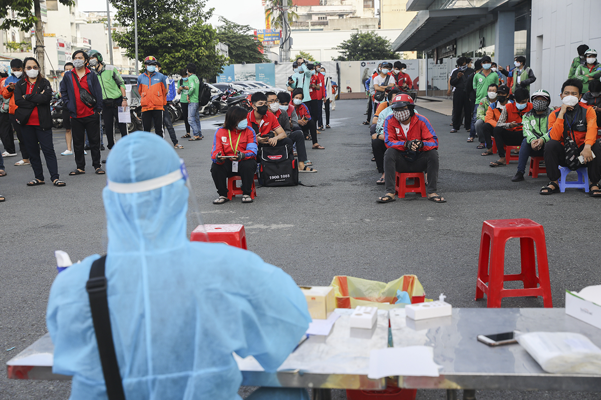 Shippers wait for their turn to get the new coronavirus test in HCMC, September 20, 2021. Photo by VnExpress/Quynh Tran