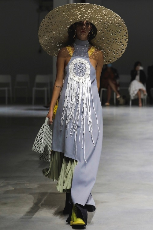 In his show at Milan Fashion Week on Sept. 25, Vietnamese designer Phan Dang Hoang showcases Quintessence, including ten outfits that took him eight months to finish. All of them are inspired by Vietnam's traditional craftsmanship in making silk and bamboo weaving, from which Hoang wants to show off his love for traditional beauty.   Living in Italy, the man could not return to Vietnam due to the pandemic, so he managed to find all the materials in Italy.