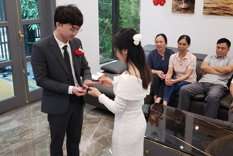 Vu Khac Hung and Nguyen Thi Bich Phuong exchange rings during their virtual wedding ceremony in Hanoi. Photo courtesy of Hung