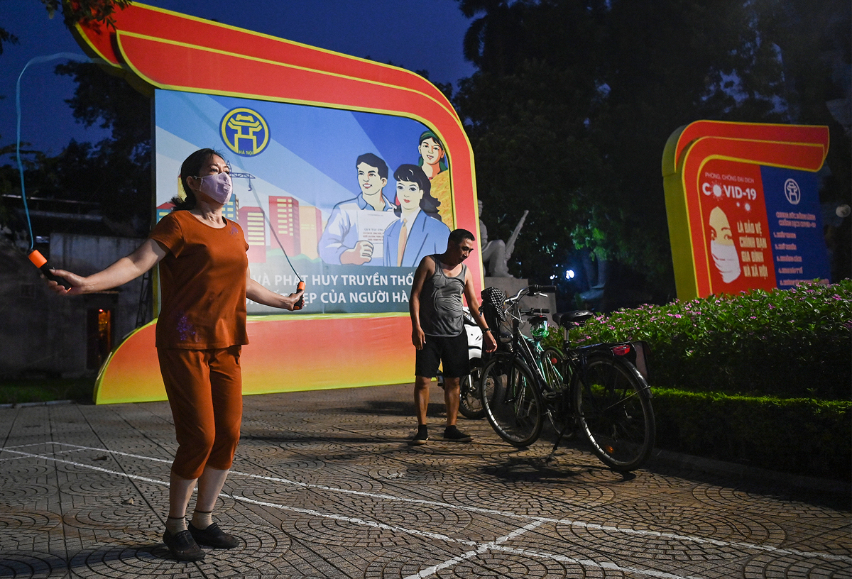 At 4 a.m. on September 28, many people began to flock to the area around Sword Lake to exercise. From today (September 28), Hanoi allows people to do outdoor sports activities, but no more than 10 people.