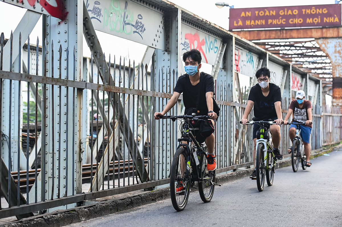 Group of young people cycling on Long Bien bridge.Previously, on September 21, after two months of social distancing under Directive 16, Hanoi moved down to apply Directive 15. Many activities and service and business establishments have been reopened by the city. .