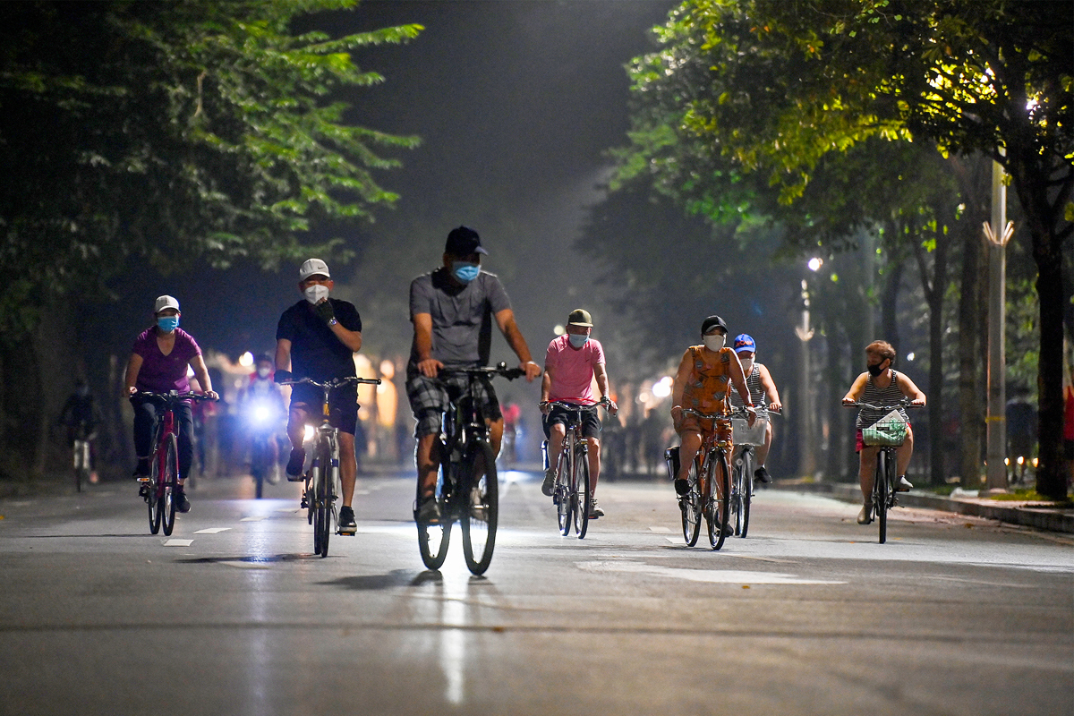 Near 5am, hundreds of people cycling around Hoan Kiem Lake divided into different groups.Hanoi allows some activities and service facilities to reopen in the context of the recent number of new Covid-19 cases averaging less than 10 cases per day. From 6pm on September 27 to 6am on September 28, Hanoi did not record new cases. This is the 4th morning in a row, the city has not recorded new positive cases.