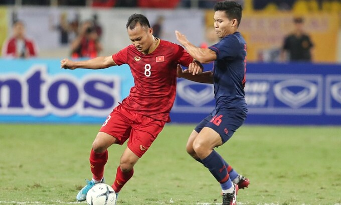 Nguyen Trong Hoang (L) is set to miss the upcoming World Cup qualifiers game due to herniated disc. Photo by VnExpress/Duc Dong