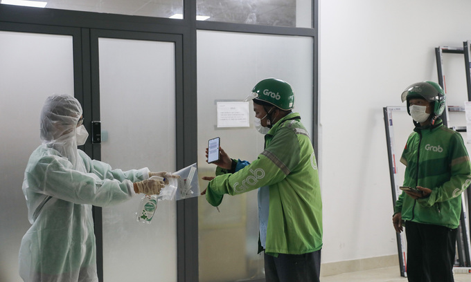 Delivery people return to work in HCMC after getting free test kits