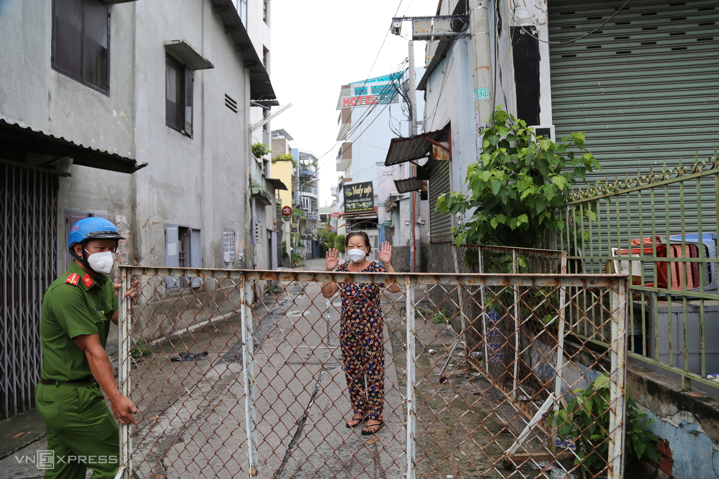 HCMC removes barriers, checkpoints as Covid restrictions go