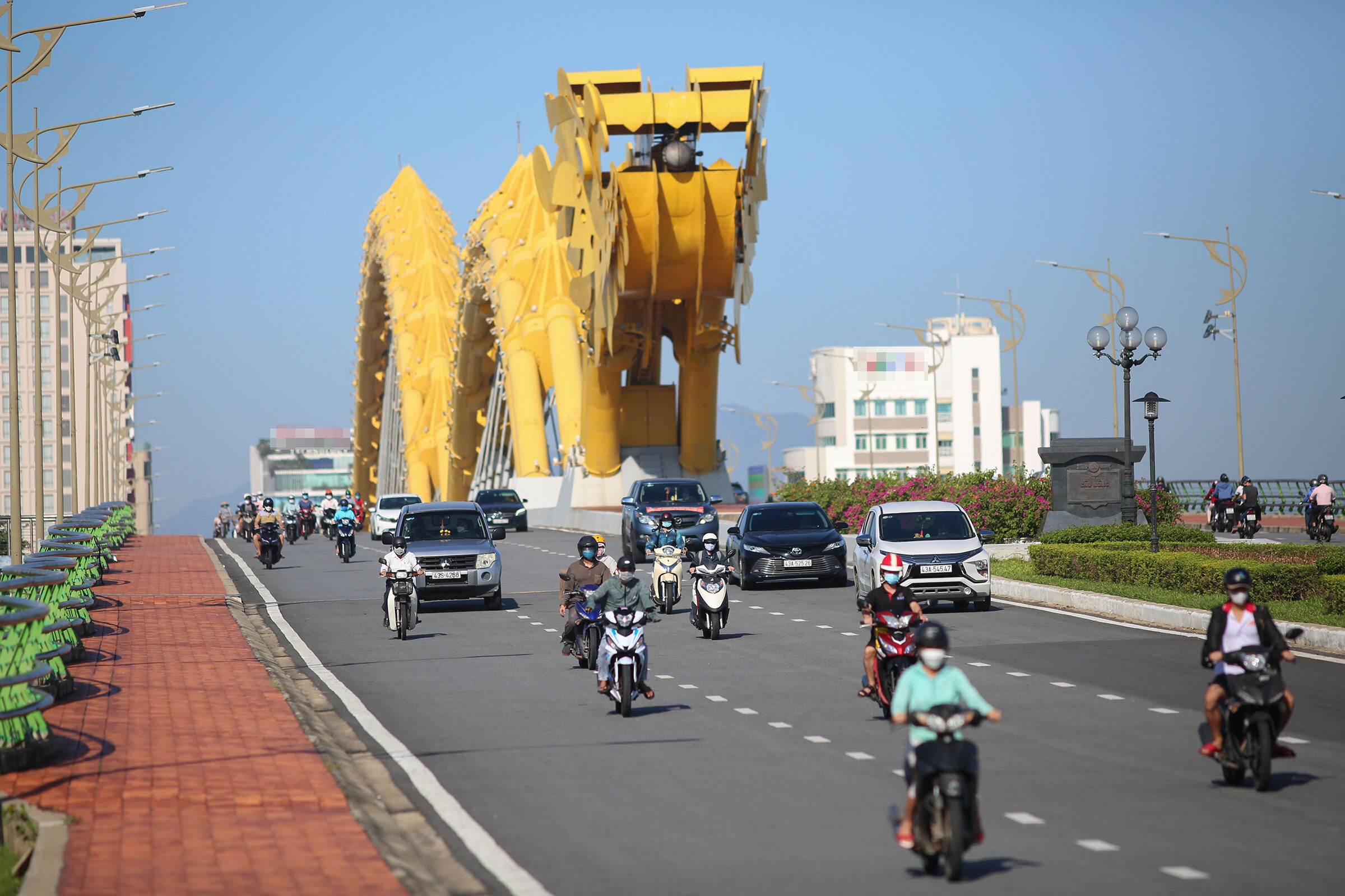 Rong Bridge sees more vehicles after checkpoints and barriers are removed.
