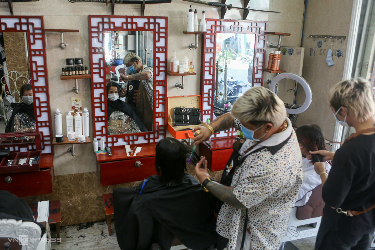 A barbershop opens on Thursday morning, with less than 50 percent of capacity.Many people have made appointments. I have to keep a watchful eyes to make sure not too many people come to my store at once, said Nguyen Hoang Hung, owner of Hung Samurai barbershop on Le Do Street.