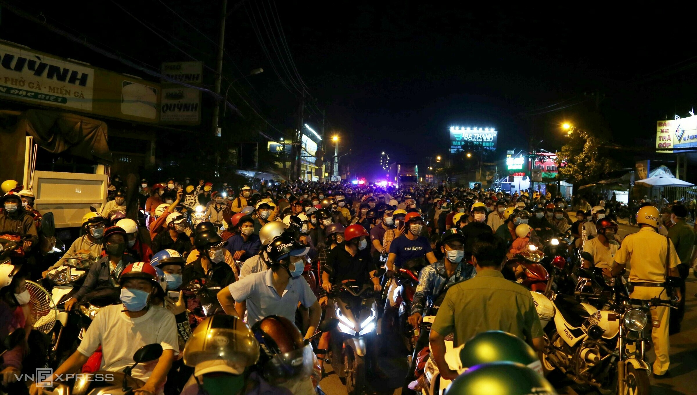 HCMC migrants on journey to hometown wait for hours at border