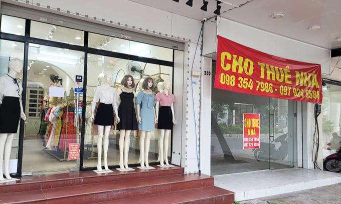 Hanoi garment shops struggle to attract customers despite big discounts