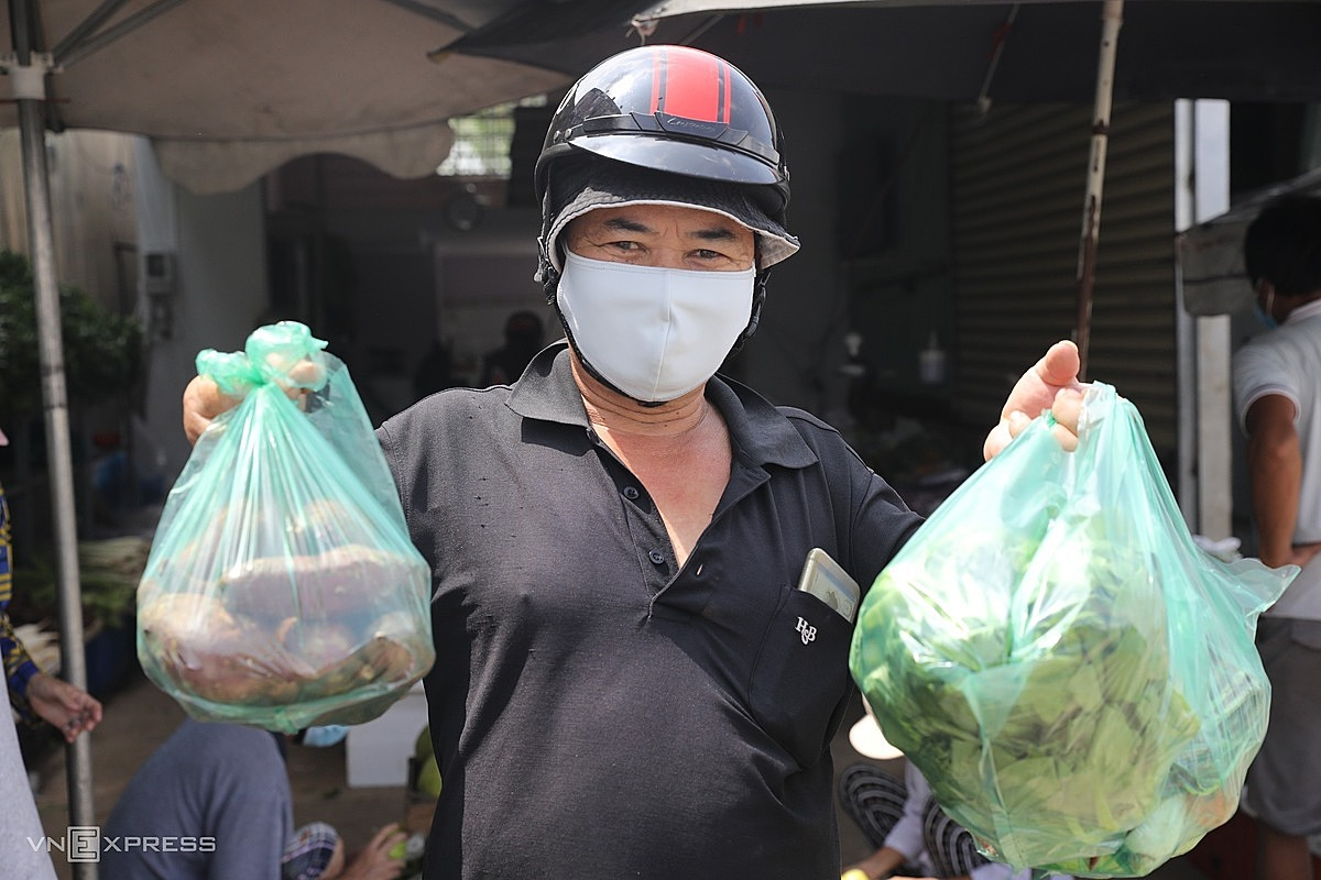 I buy a few kilograms of vegetables and fruits, enough to eat for two days, now I dont need to hoard, and I dont have to worry about lack of food like before, said Mr. Hoan, from Thu Duc City.