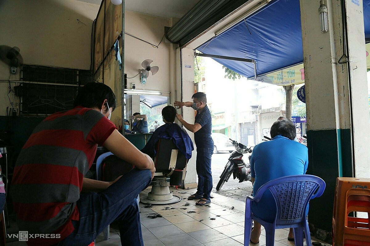 In addition to food and fashion establishments, many barbershops are also crowded.Mr. Pham Van Trinh, owner of a hair salon on Hong Ha Street, Tan Binh District, said that today there were only two employees, so I couldnt do it. Many guests come in the morning, but I have to reschedule them for another time to avoid crowds, Trinh said, adding that guests must have two vaccines or have a certificate of recovery from Covid-19.