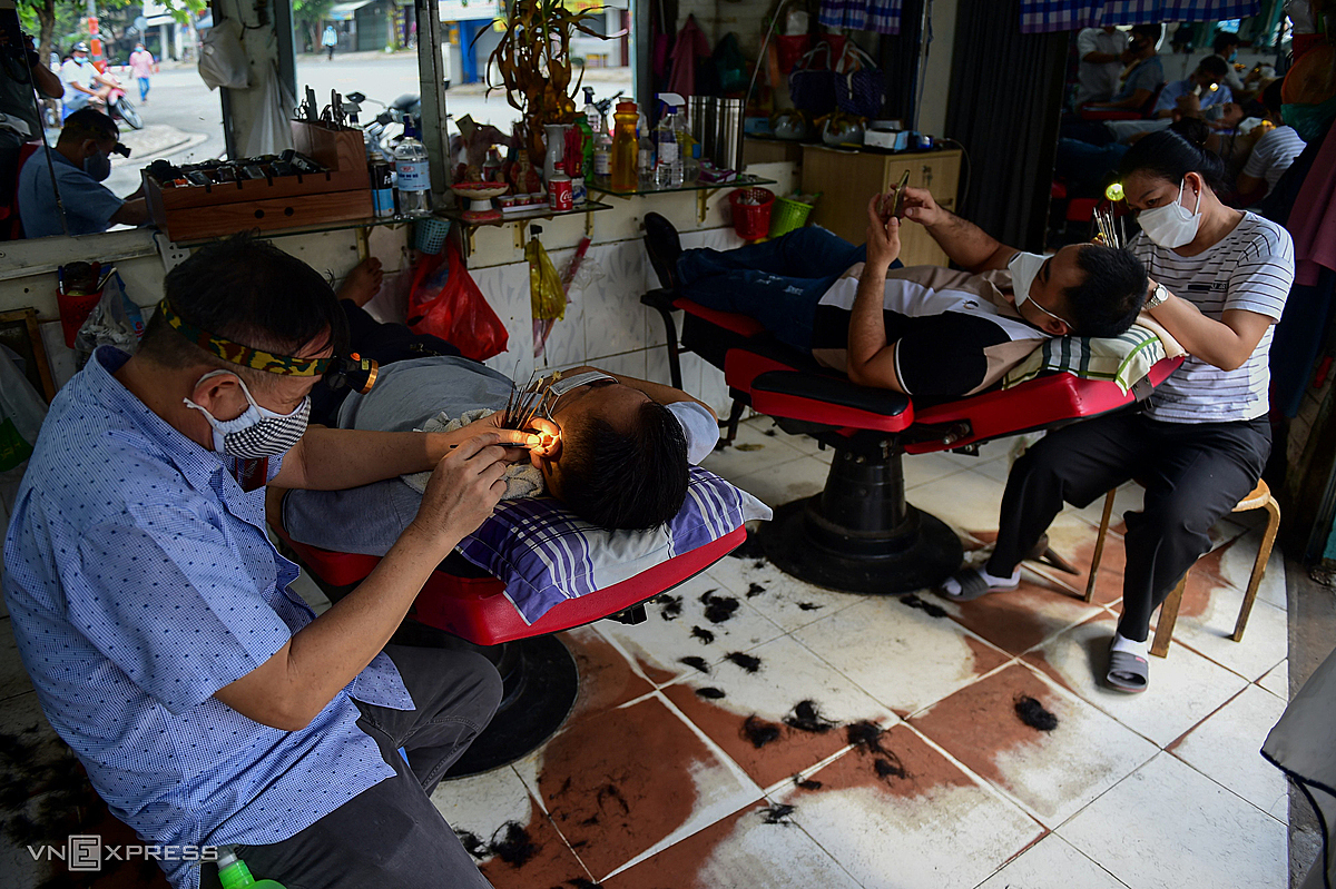Im happy to be back to work again because I have an income. This morning many people came to get a haircut, but due to social distancing, I didnt dare to accept many customers, said Dang Khoa, a barber on Ngo Tat To Street, District 1. Binh Thanh said.According to regulations, hair cutting services are only allowed to operate up to 50% of their capacity to ensure safety against epidemics.