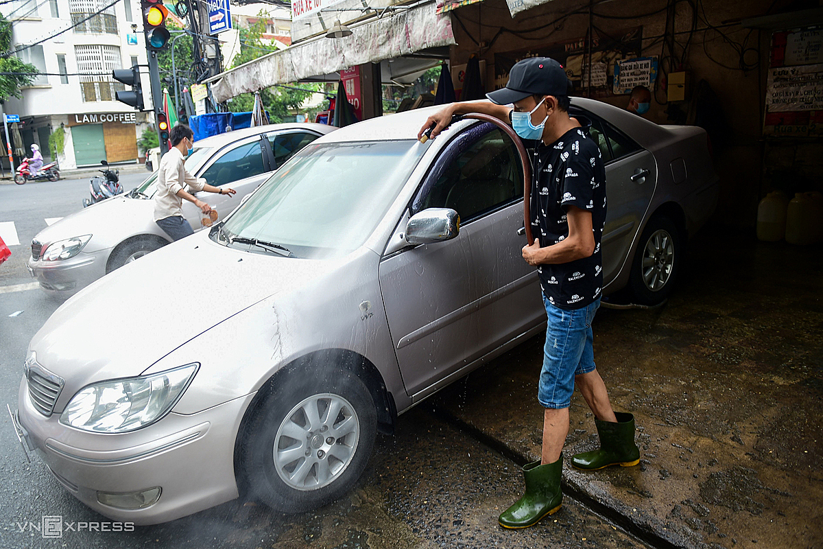 The car repair and wash shop on Nguyen Gia Tri street, Binh Thanh district is also crowded with customers on reopening. Motorcycles and cars are waiting in line to be washed and repaired after a long time without travel.