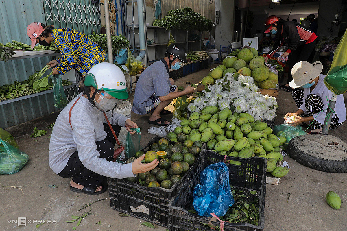 For more than a month, depending on the form of shopping for households, many people went to the store this morning to buy vegetables and fruits. The owner of the shop on Pham Van Dong Street, Thu Duc City said that on the first day of resale, he imported 2 tons of vegetables and a ton of fruit and will increase the number in the coming days.