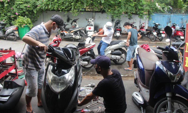 Workers fix motorbikes in Ho Chi Minh City on October 1, 2021. Photo by VnExpress/Thanh Nhan