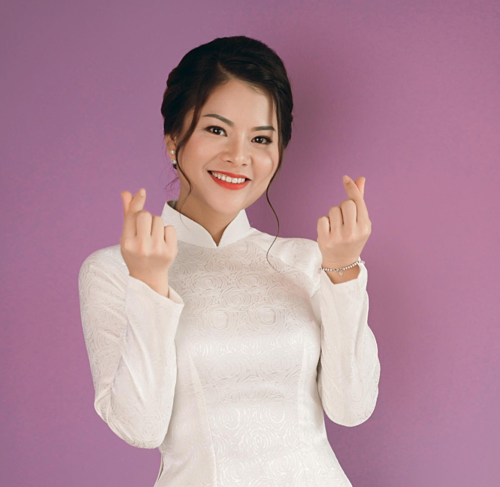 Tina Yuan offers free English classes for Vietnamese employees and children in Singapore.