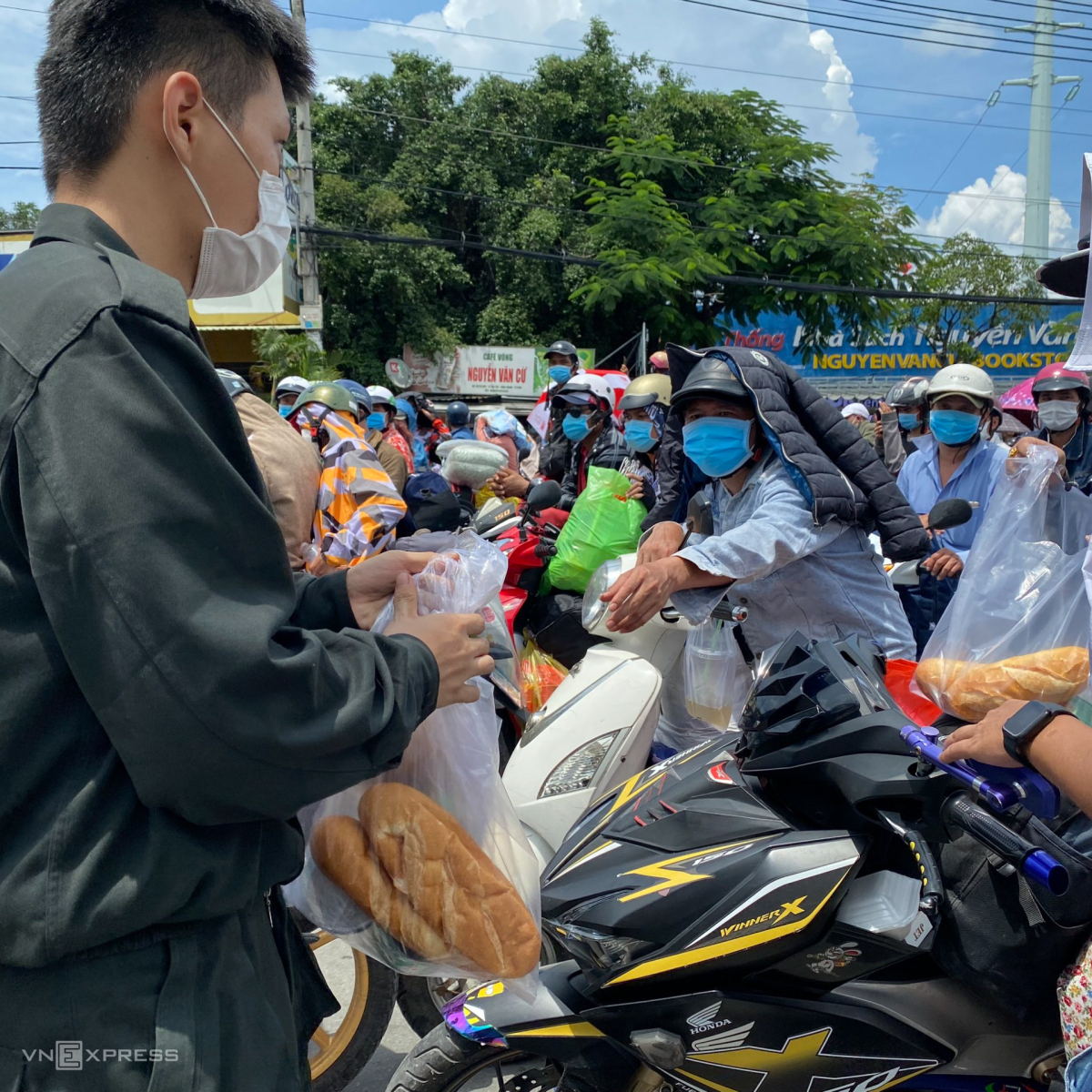 Local police provided migrants with pieces of bread.
