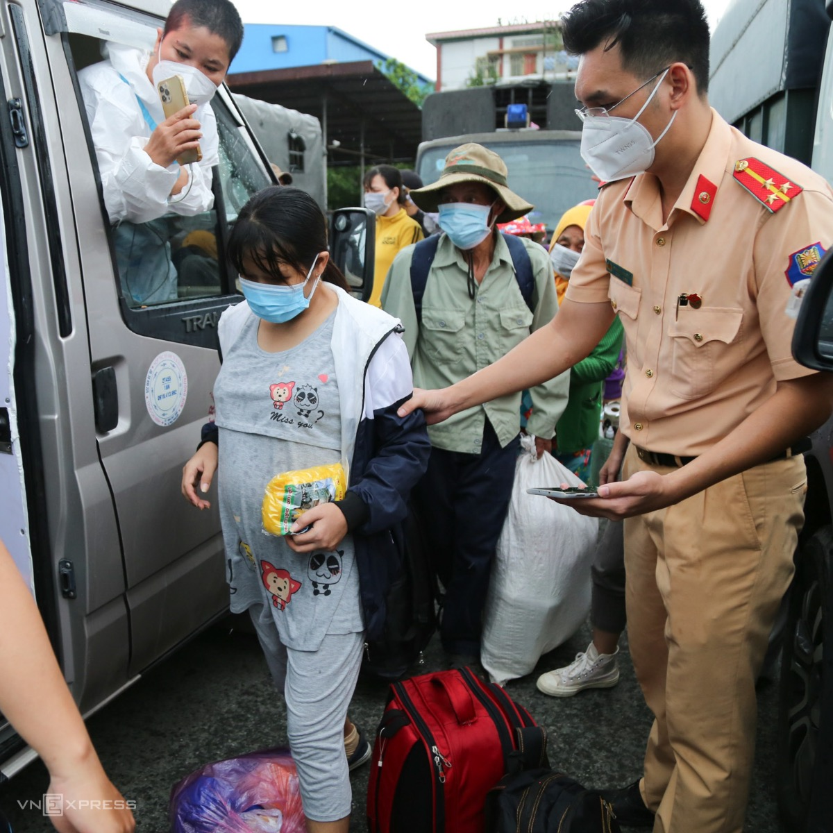Nguyen Thi Thanh Huyen is in her 8th month of pregnancy and was taken home by a free bus in Binh Chanh. Nearly 20 buses, coaches and vans have taken pregnant women, women and children, and the disabled, home. All of them must be tested negative with the coronavirus before departure.