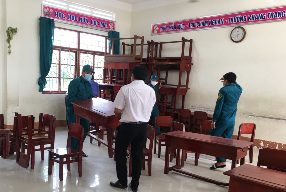 Các quan chức của Huyện Đồng Tháp đang chuyển đổi một khuôn viên trường học địa phương thành một cơ sở kiểm dịch trung tâm cho những người lao động nhập cư trở về.  Ảnh theo VnExpress / Ngọc Tài