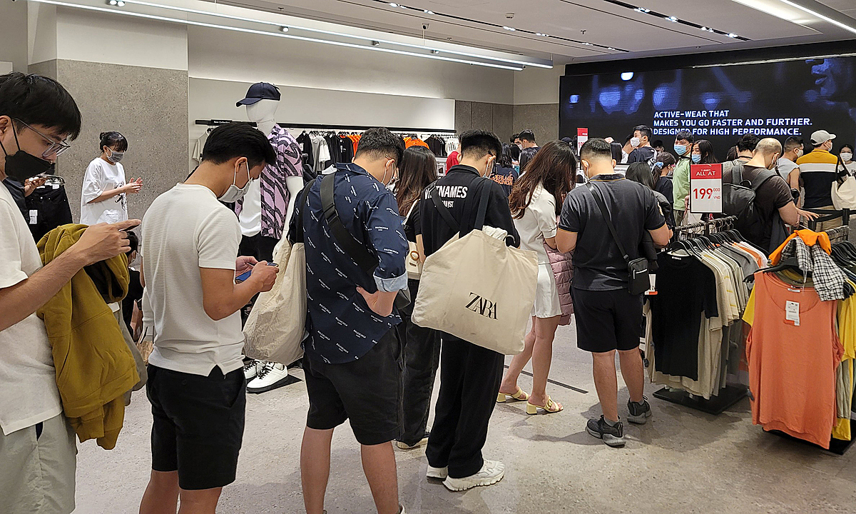 Shoppers are queuing up in line at the checkout. It is estimated that each customer wait for 5-10 minutes for their turn.