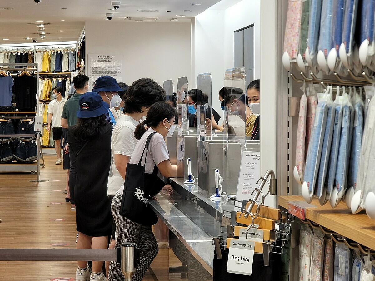 Similarly, the cashier counter of a Japanese fashion brand Uniqlos store at a shopping center on Pham Ngoc Thach Street is also packed with customers. The payment counters are installed with barriers between the cashier and the customer.The brand reopened three stores in Hanoi from September 29 while stores in HCMC have remained closed since late May.