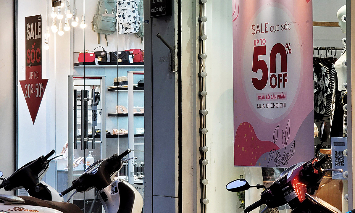 After two months of semi-lockdown, these stores are all offering discounts of up to 50 percent to discharge summer items, preparing capital to import upcoming winter goods. However, with the current gloomy market situation, many stores are also quite worried about importing more goods.