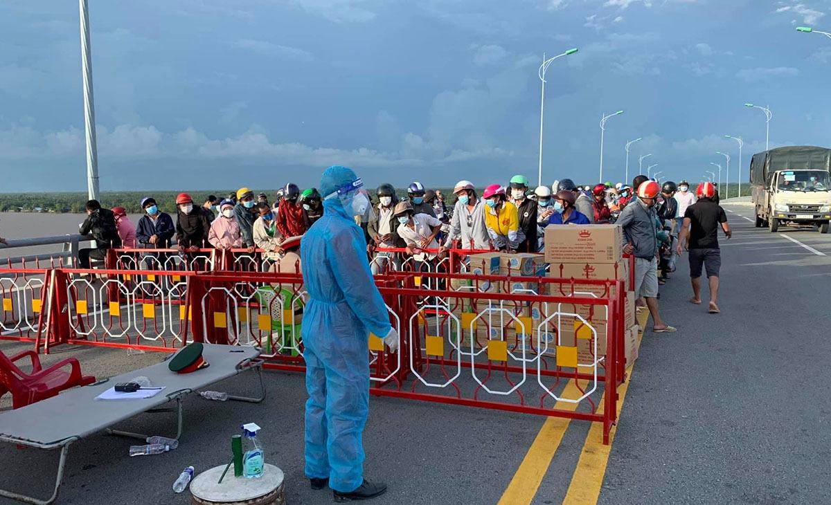 Người dân đổ về Trà Vinh chờ đợi tại một trạm kiểm soát trên cầu Cổ Chiên ngày 2 tháng 10 năm 2021. Ảnh VnExpress / Hoài Phong