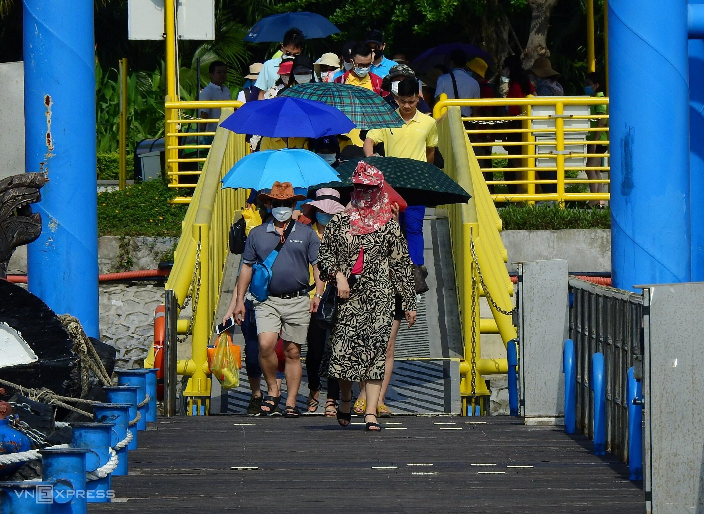 Ha Long Bay bustles after months of frozen tourism