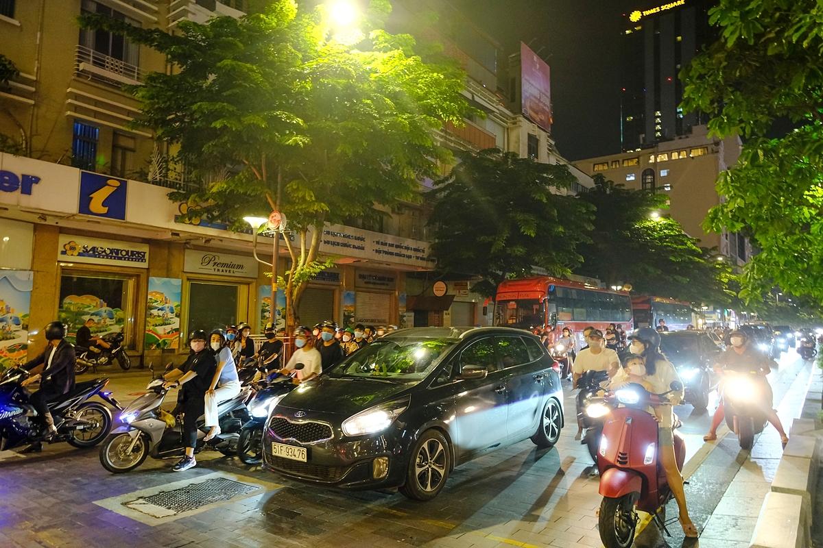 Nguyen Hue Boulevard crowded with vehicles returning home last Sunday night.