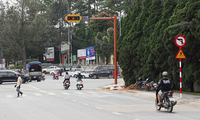 Resort town Da Lat installs its first traffic light
