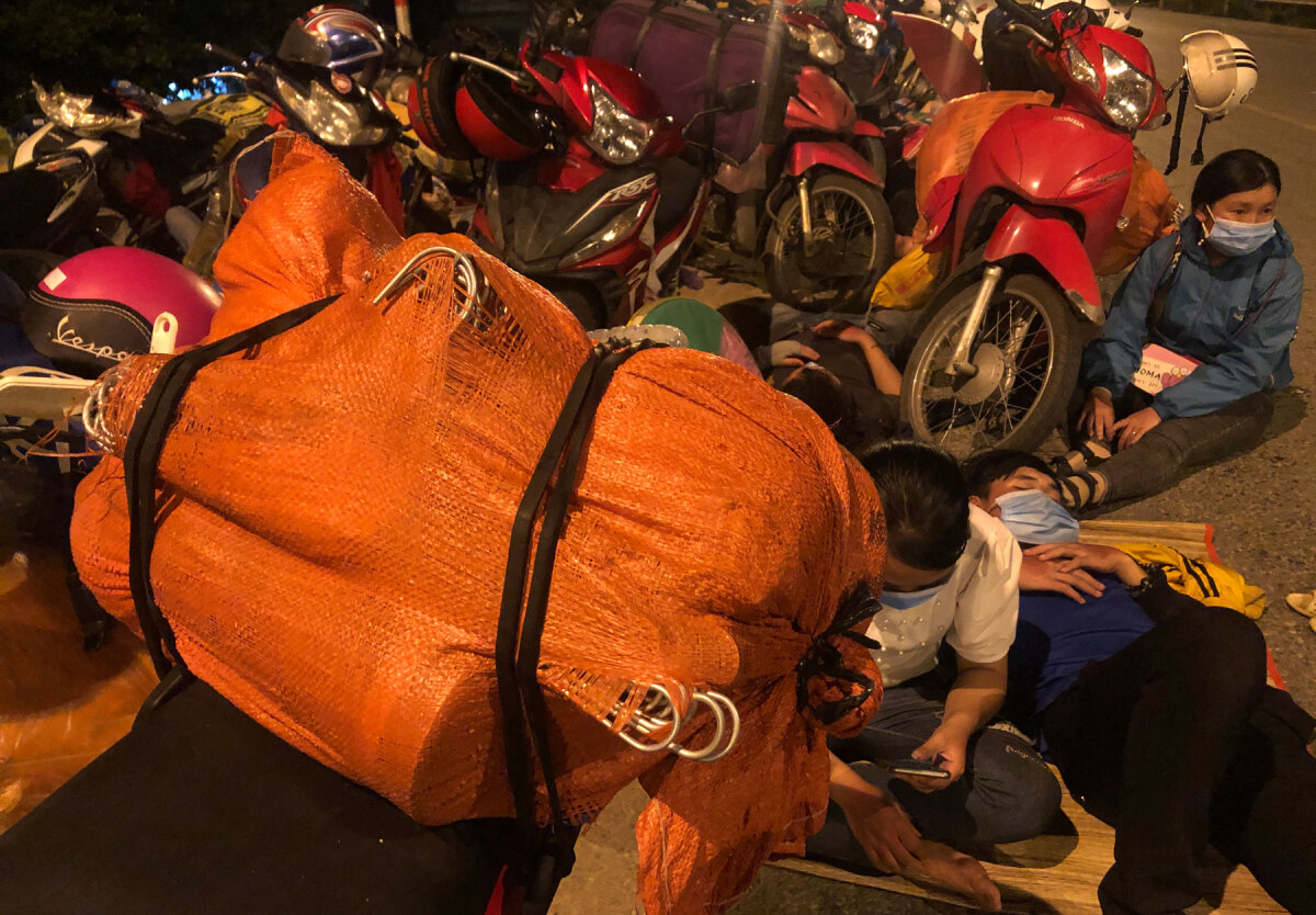 Weary migrants trek 2,000 km home