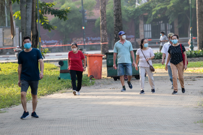 Saigonese venture out after HCMC eased its coronavirus lockdown, Oct 2021. Photo by VnExpress/Quynh Tran