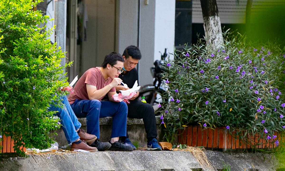 People had lunch on Ho Dac Di Street.