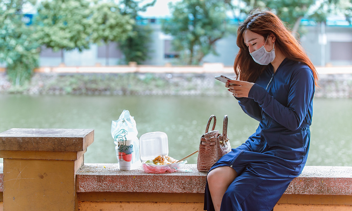 Thuy Linh sat on Lang Thuong Lake after receiving her online order.