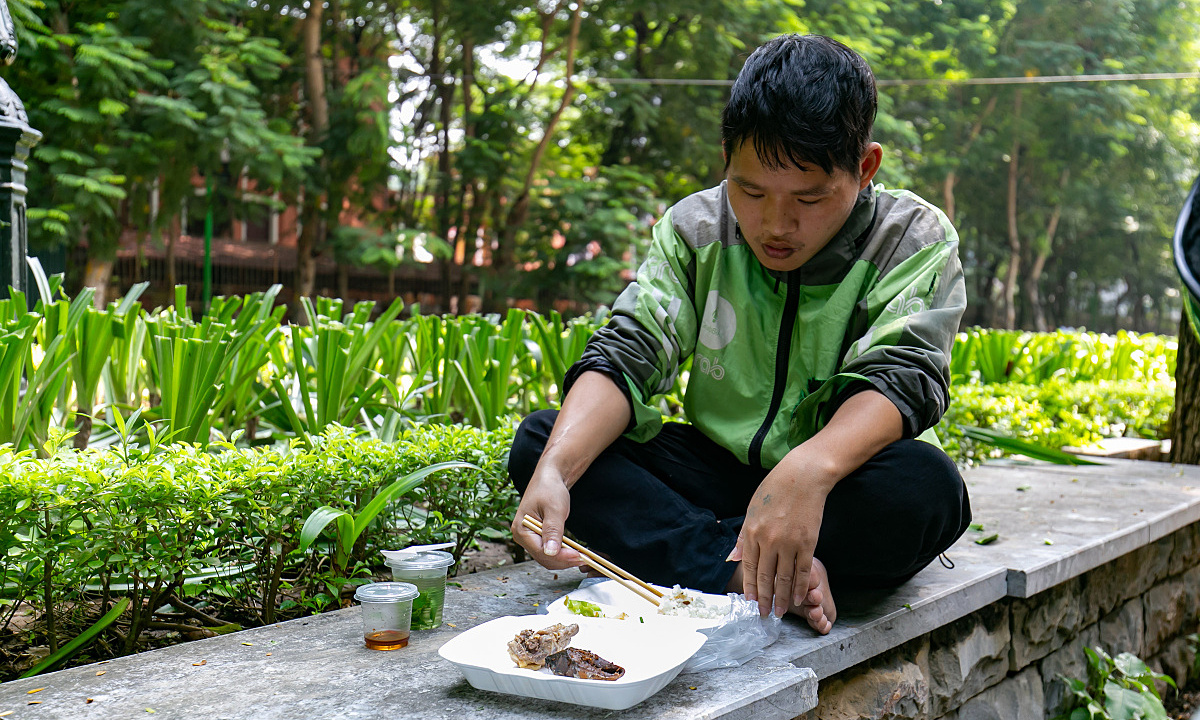 I am a delivery worker so I do not have a fixed place to have lunch. I eat at places that are convenient and have cool shades, Linh Hoang said while eating in a public park in from of Thuy Loi University on Nguyen Trai Street.