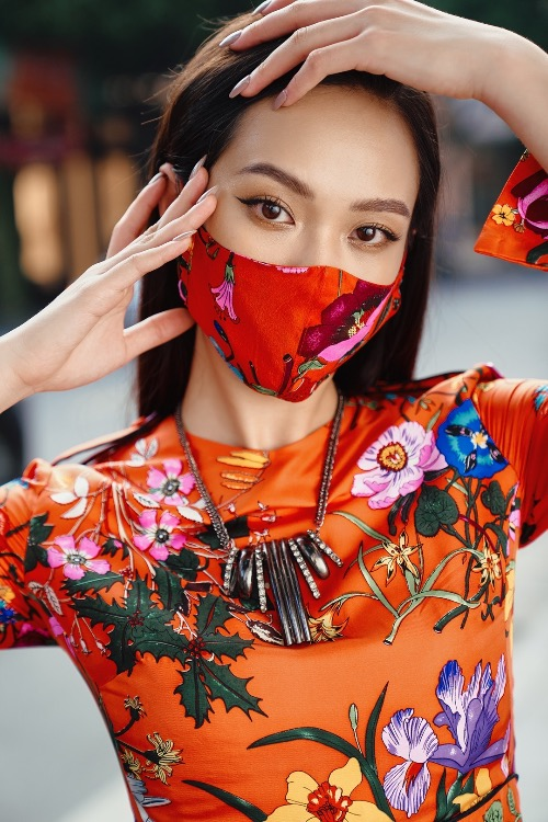 The red floral dress brings warmth to autumn days. The designer also creates masks matching her outfits. Born in family with three generations working in art fields, Thu has inherited a treasure of Asian culture and combined them in her outfits.