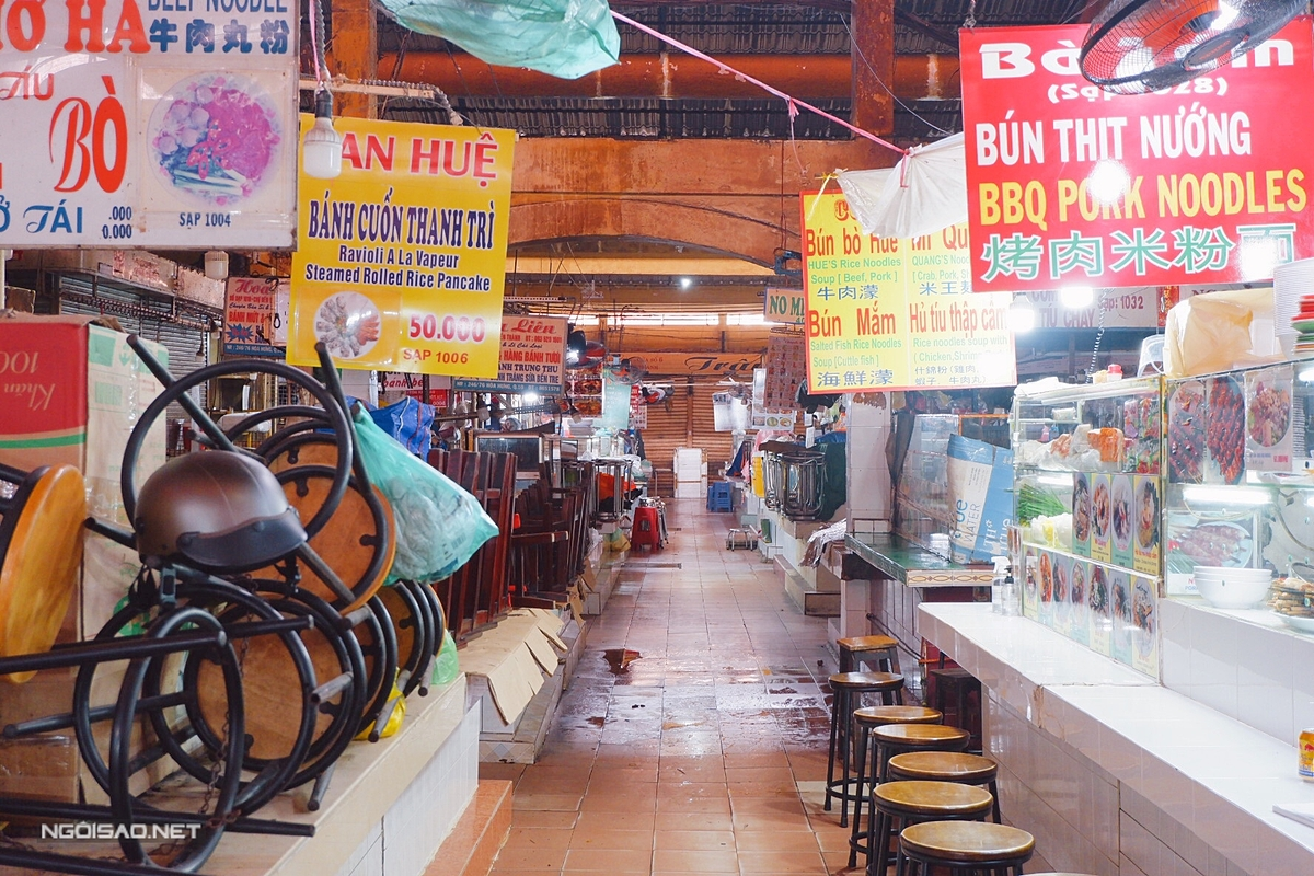 About 10 stalls have reopened at the Ben Thanh Market food court. Other stalls remain closed. According to regulations, all vendors must be tested for Covid-19 every three days and comply with pandemic prevention measures.