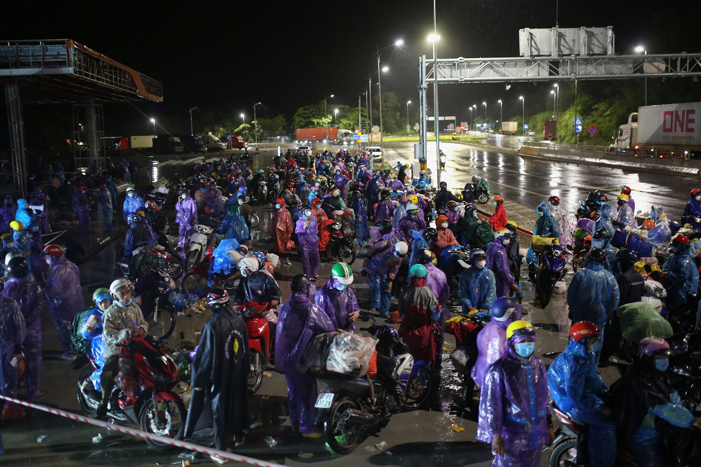 Migrant workers stop near the border of Thua Thien Hue and Da Nang in central Vietnam on their journey back home by motorbikes, October 7, 2021. Photo by VnExpress/Vo Thanh