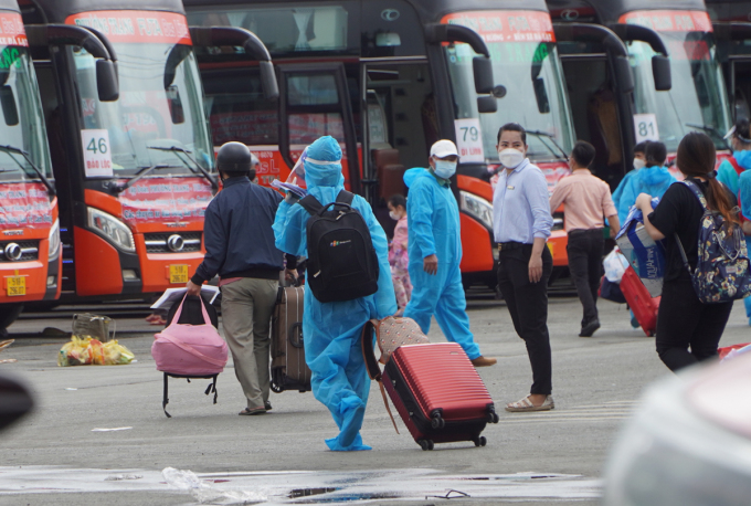 Buses take passengers from HCMC to Lam Dong Province, Oct. 9, 2021. Photo by VnExpress/Gia Minh