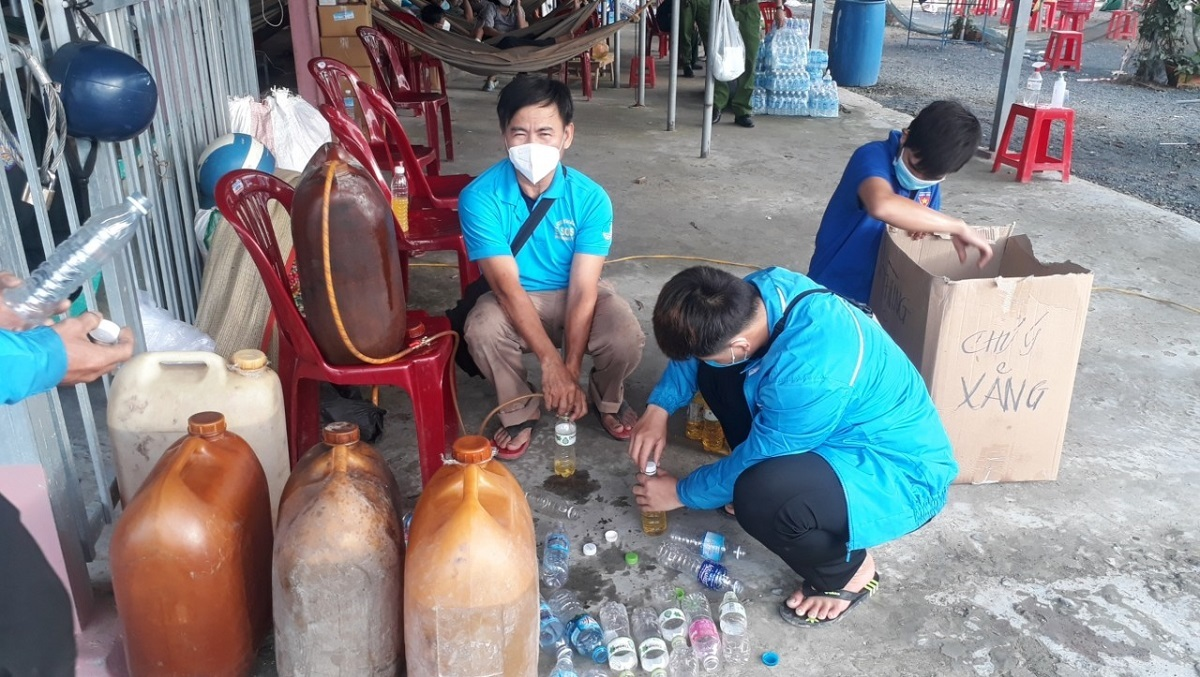 SOS Thap Muoi Rescue Team distributes gasoline into bottles to supply passersby on October 2021. Photo courtesy of Han