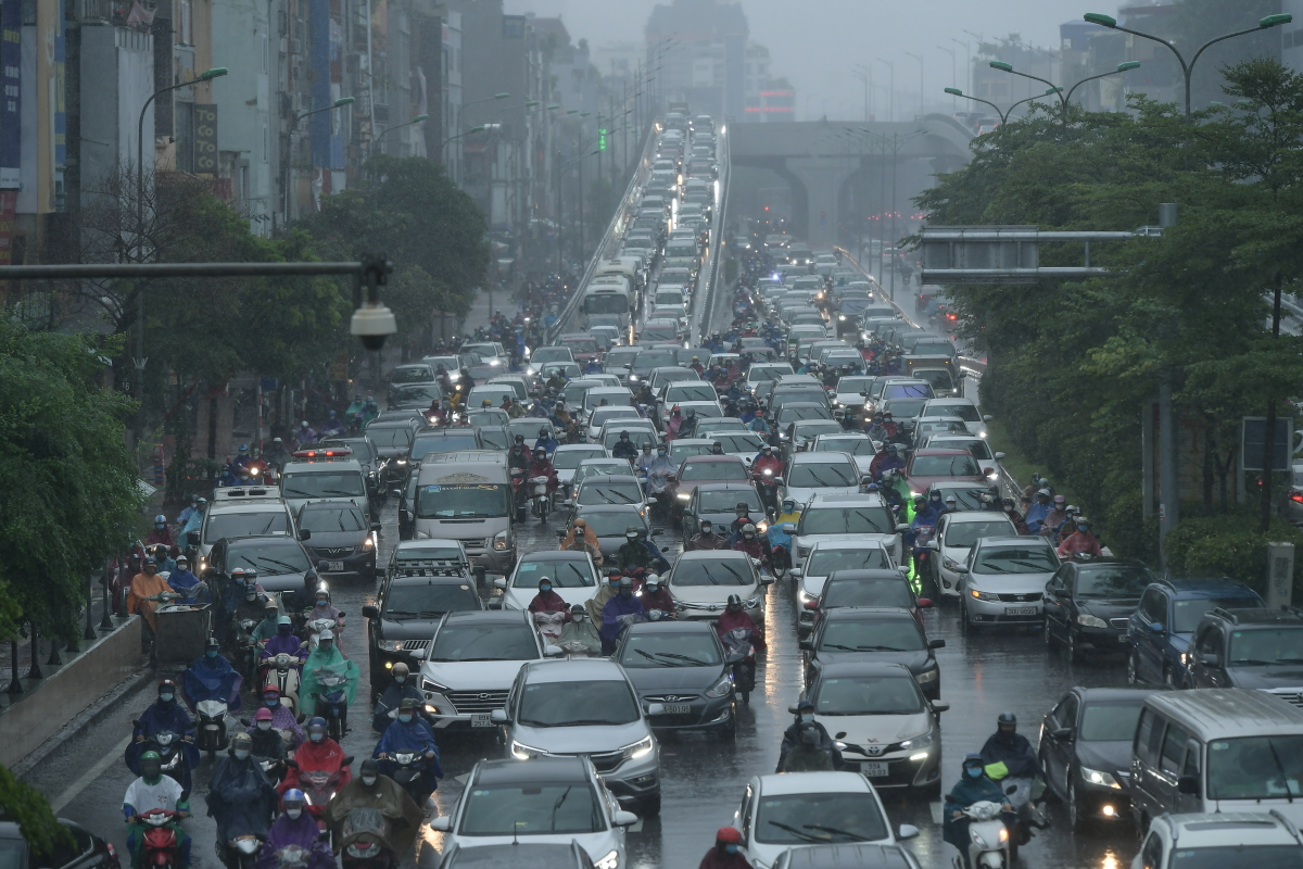 Truong Chinh Street is jammed amid the morning rain. The street is well known for congestion during rush hours.