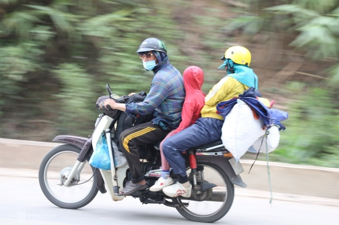 A family of migrant workers returns home with their child, Oct. 2021. Photo by VnExpress/Vo Thanh