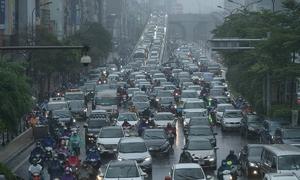 Morning rain sees Hanoians grapple with traffic jams