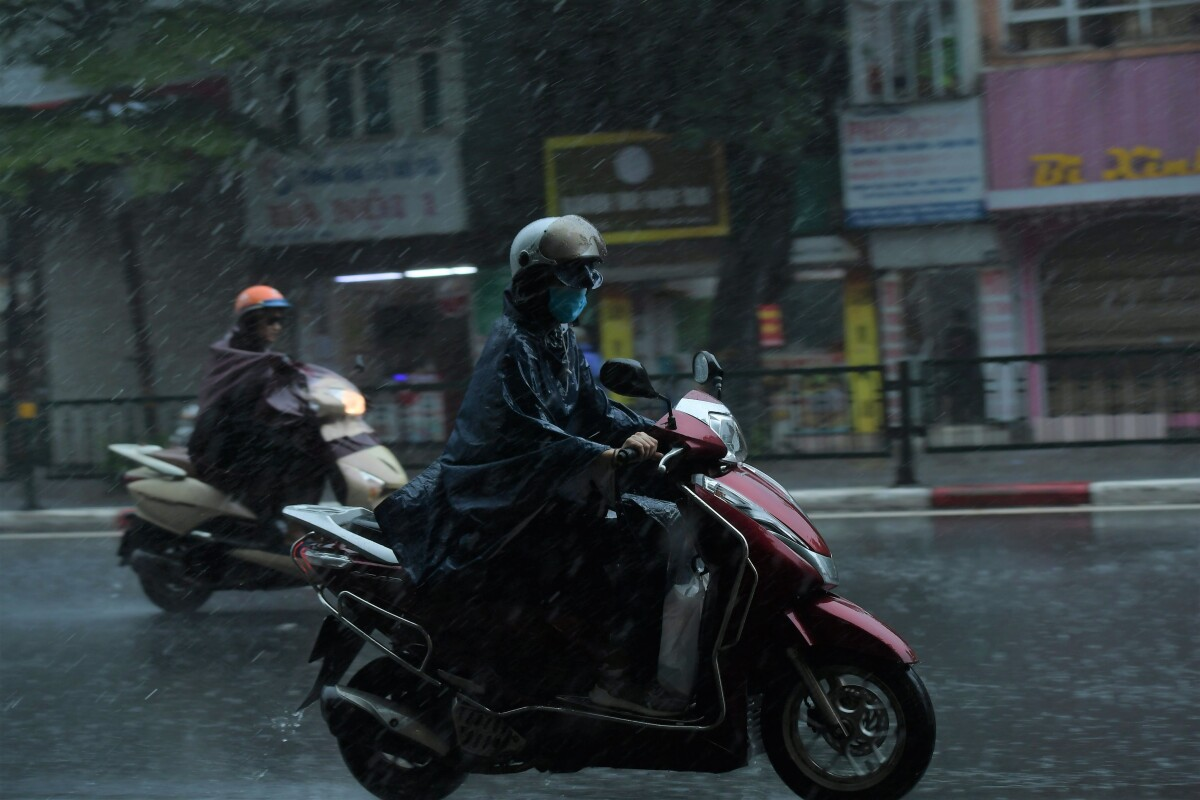 Rain in Hanoi is expected to stop on Tuesday. Tran Quang Nang of the National Center for Hydro-Meteorological Forecasting said that there will be two to three waves of cold air this month with average daytime temperatures in the northern region to fall below 25 degrees Celsius.  This winter will be colder than last year and the northern region will face more cold snaps before Dec. 25, he said.