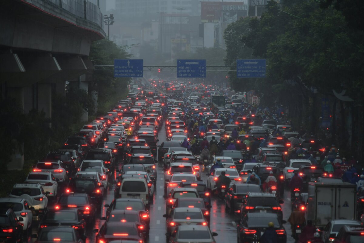 The cold spell and downpour made temperatures drop to around 20 degrees on Monday morning. The prolonged rain has created many flooded spots in Hanoi, causing traffic jams during rush hours.  In the photo, lines of cars and motorbikes are stuck on Nguyen Trai Street.
